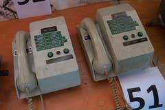 Alte Telefonapparate waren auch unter den Versteigerungsgegenständen. (Bild: Boris Bürgisser, Stoos, 9. Februar 2019)