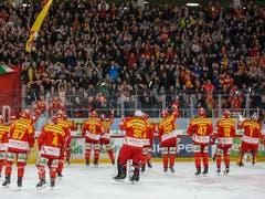 Nach Bern und Zug hat sich Biel als dritte Mannschaft für die Playoffs qualifiziert. Die Seeländer freuen sich nach dem 4:2-Heimsieg gegen Lausanne mit ihren Fans (Bild: KEYSTONE/PETER KLAUNZER)