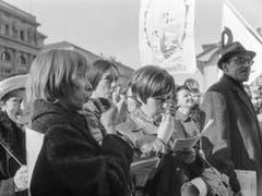 Das Pfeifkonzert galt all den Männern, die seit Jahrzehnten dem Frauenstimmrecht Hindernisse in den Weg legten. (Bild: Keystone/JOE WIDMER)