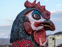 Ein buntes Huhn - oder ist es ein Hahn? - an der Luzerner Fasnacht. (Bild: Theres Nussbaumer, Luzern, 28. Februar 2019)