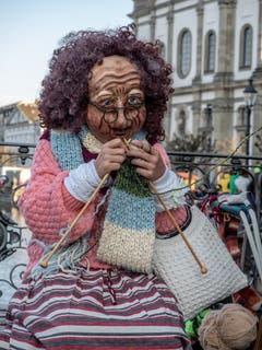 Eine fleissige Frau beim Stricken. (Bild: Theres Nussbaumer, Luzern, 28. Februar 2019)
