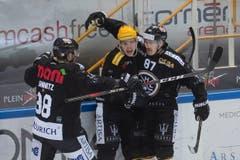 Luganos Spieler Raffaele Sannitz (v.l.), Gregory Hofmann und Dario Buergler feiern das 1:0. (Bild: KEYSTONE/Ti-Press/Pablo Gianinazzi, Lugano, 1. März 2019)