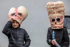 Diese Umzugsbesucher haben sich besonders Mühe gegeben mit ihren Masken. (Bild: Patrick Hürlimann (Steinhausen, 1. März 2019)