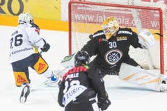 Zugs Reto Suri trifft zum 3:2 gegen Luganos Torhüter Elvis Merzlikins. (Bild: KEYSTONE/Ti-Press/Pablo Gianinazzi, Lugano, 1. März 2019)
