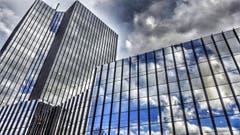 Spannende Stimmung am Himmel mit Wolkenspiegelung im St. Galler Rathaus. (Bild: Katharina Nagy)