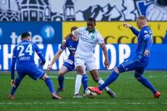 Umzingelt: Drei Luzerner nehmen Dereck Kutesa in die Mangel. (Bild: Martin Meienberger/freshfocus, Luzern, 10. März 2019)