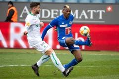 St. Gallens Philippe Koch hat gegen Blessing Eleke das Nachsehen. Dieser schoss später das 3:0. (Bild: Alexandra Wey/Keystone, Luzern, 10. März 2019)