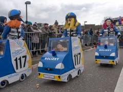 Am Fasnachtsumzug, in Basel «Cortège» genannt, war am Montag auch die freihändige Beschaffung von edlen Elektroautos für die Polizei beliebtes Thema. (Bild: KEYSTONE/GEORGIOS KEFALAS)