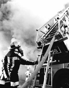 Ein Feuerwehrmann im Einsatz. (Bild: Fotograf unbekannt*/ Gemeinde Buttisholz)