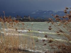 Blick auf den sturmgepeitschten Zürichsee vor Rapperswil. (Bild: Hubert Koch)