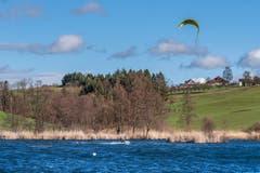 Auf dem Hauptwilerweiher ist es dem Kitesurfer, trotz starken Böen, gelungen, abzuheben. (Bild Luciano Pau)