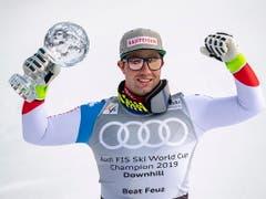 Beat Feuz mit der Kristallkugel für den besten Abfahrer des Winters (Bild: KEYSTONE/EPA/CHRISTIAN BRUNA)