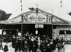 Ausverkaufte Eröffnungsvorstellung im brandneuen Zelt am 14. Juni 1919 auf der Schützenmatte in Bern. Das Zweimastenzelt mit einer Fläche von 2800 Quadratmetern bot Platz für bis zu 3000 Personen. (Bild: PD/Archiv Circus Knie)