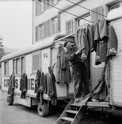 Zirkusleben: Zirkus Knie vor der Südfassade des Zaunschulhauses in Glarus. (Bild: PD/Archiv Circus Knie)