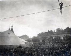 Als Reminiszenz an die Arena-Zeit und um auch unbemittelten Zuschauern eine Prise Zirkuskunst zu bieten, bestieg Eugen Knie bei trockenem Wetter jeweils am Schluss der Vorstellung das Hochseil vor dem Chapiteau. Ende 1920 verschwand das Hohe Seil dann aber endgültig. (Bild: PD/Archiv Circus Knie)