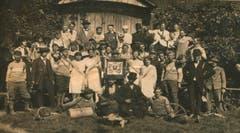Seit 1928 konnten auch Frauen dem Veloclub Rothenburg beitreten. Hier ist eine Ausfahrt nach Hildisrieden im Jahr 1920 zu sehen. (Bild: PD)