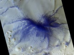 Die Grate und Striche auf dieser Aufnahme sind höchstwahrscheinlich Spuren von Staubteufeln. In der Originalfarbe wären sie dunkelrot, für bessere Sichtbarkeit wurden sie auf dem Bild blau eingefärbt. CaSSIS lichtete hier eine Gegend in der Terra Sabaea-Region ab. (Bild: ESA/Roskosmos/CaSSIS)