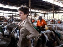 Mitten im Müll: Umweltministerin Simonetta Sommaruga anlässlich ihres Besuchs in einem Recycling-Unternehmen Taka-Taka Solutions in Nairobi. In Kenia gibt es keine öffentliche Abfallentsorgung. (Bild: KEYSTONE/ALEXANDRA WEY)