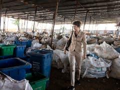 Bundesrätin Simonetta Sommaruga besuchte anlässlich ihrer ersten Auslandreise als Umweltministerin auch ein Recycling-Unternehmen in Nairobi. In Kenia gibt es keine öffentliche Abfallentsorgung. (Bild: KEYSTONE/ALEXANDRA WEY)