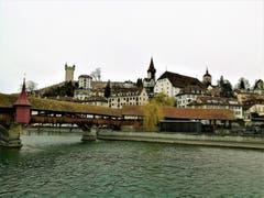Die Spreuerbrücke und im Hintergrund die Museggmauer mit den Türmen in der Stadt Luzern. (Bild: Urs Gutfleisch, Luzern, 14. März 2019)
