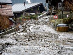 Erdrutsch mitten durchs Dorf Champéry VS am 22. Januar 2018. Insgesamt entstanden 2018 in der Schweiz Unwetterschäden in der Höhe von 200 Millionen Franken. (Bild: KEYSTONE/JEAN-CHRISTOPHE BOTT)
