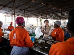 Bundesrätin Simonetta Sommaruga besuchte anlässlich ihrer ersten Auslandreise als Umweltministerin auch ein Recycling-Unternehmen in Nairobi. Dieses steht unter Schweizer Leitung und beschäftigt hauptsächlich Frauen. (Bild: KEYSTONE/ALEXANDRA WEY)