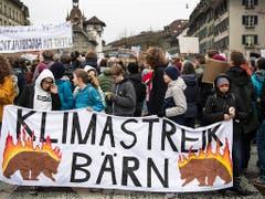 Berner Schülerinnen und Schüler im Klimastreik. (Bild: KEYSTONE/PETER SCHNEIDER)
