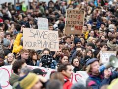Tausende Jugendliche gehen in Lausanne für den Klimastreik auf die Strasse. (Bild: KEYSTONE/JEAN-CHRISTOPHE BOTT)