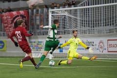 Der Krienser Saleh Chihadeh im Spiel gegen die Vaduzer Benjamin Büchel (Goalie) und Maximilian Göppel. (Bild: Boris Bürgisser, Kriens, 15. März 2019)