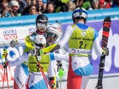 Wendy Holdener herzt Daniel Yule, nachdem dieser den entscheidenden Punkt gegen Norwegen eingefahren hat (Bild: KEYSTONE/EPA/CHRISTIAN BRUNA)
