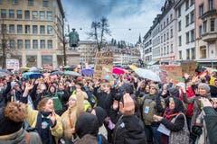 In St.Gallen demonstrierten am Freitag Hunderte für eine griffige Klimapolitik. (Bilder: Urs Bucher)