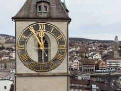Aus Solidarität mit den Streikenden blieben die Zeiger der grössten Kirchenuhr Europas, der St. Peterskirche in Zürich, um fünf vor zwölf stehen. (Bild: KEYSTONE/ENNIO LEANZA)