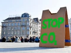Sitzstreik von Schülerinnen und Schülern auf dem Zürcher Sechseläutenplatz. (Bild: KEYSTONE/WALTER BIERI)