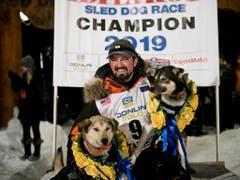 Iditarod-Sieger Peter Kaiser mit seinen Leithunden Morrow (links) und Lucy (Bild: KEYSTONE/AP Anchorage Daily News/MARC LESTER)