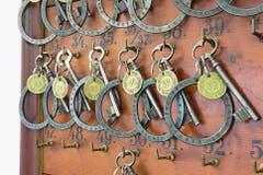 Die Zimmerschlüssel: «Keywork» von Lawrence Weiner. (Bild: Christof Hirtler)