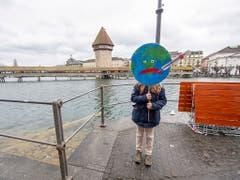 Eine Schülerin in Luzern im Klimastreik. (Bild: KEYSTONE/URS FLUEELER)