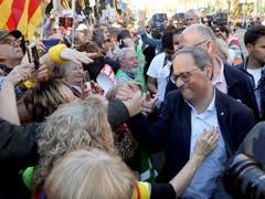 Quim Torra (rechts), Präsident des Regionalparlamentes in Katalonien, beim Bad in der Menge, bevor sich die Kundgebung in Bewegung setzte. (Bild: KEYSTONE/EPA EFE/J.J GUILLEN)
