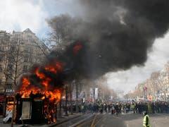 Neben mehreren Zeitungskiosken setzten die «Gelbwesten»-Demonstranten in Paris auch eine Bankfiliale im Parterre eines Wohngebäudes in Brand - elf Menschen wurden verletzt. (Bild: KEYSTONE/AP/CHRISTOPHE ENA)