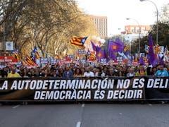 «Selbstbestimmung ist kein Verbrechen» war das Motto der Grosskundgebung der katalanischen Separatisten in Madrid. (Bild: KEYSTONE/EPA EFE/J.J GUILLEN)