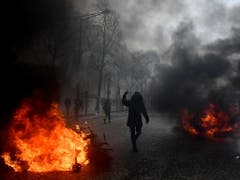 Bei «Gelbwesten»-Protesten in Paris ist es erneut zu gewalttätigen Auseinandersetzungen gekommen. (Bild: KEYSTONE/EPA/JULIEN DE ROSA)