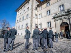 Besammlung vor barocker Kulisse: Die Delegierten der Schweizerischen Offiziersgesellschaft vor dem Kloster Einsiedeln. (Bild: KEYSTONE/URS FLUEELER)