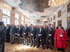 Strammstehen zur Landeshymne: Die Schweizerische Offiziersgesellschaft an ihrer Delegiertenversammlung im Grossen Saal des Klosters Einsiedeln. (Bild: KEYSTONE/URS FLUEELER)