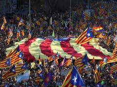 Katalanisches Fahnenmeer in Madrid: die Proteste gegen das Gerichtsverfahren gegen zwölf katalanische Separatistenführer hat am Samstag Madrid erreicht. (Bild: KEYSTONE/EPA EFE/J.J GUILLEN)