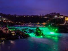 Der Rheinfall in Schaffhausen ist am Samstag zum St. Patricks Day grün beleuchtet worden. (Bild: KEYSTONE/MELANIE DUCHENE)