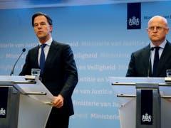 Der niederländische Ministerpräsident Mark Rutte (l.) bezeichnete die Schüsse in einer Strassenbahn in Utrecht als Anschlag. Rechts im Bild: Sicherheitsminister Ferd Grapperhaus. (Bild: KEYSTONE/AP/MICHAEL CORDER)