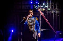 Zirkusdirektor Oliver Skreinig spricht vor der Raubtiernummer zum Publikum. (Bild: Andrea Stalder)