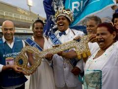 Mit der traditionellen Schlüsselübergabe an die Feierwütigen beginnt der Karneval von Rio de Janeiro offiziell. «König Momo» gibt jeweils den Startschuss zum bunten Treiben. (Bild: KEYSTONE/AP/SILVIA IZQUIERDO)