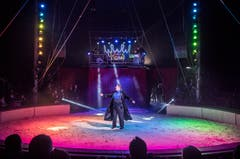 Zirkusdirektor Oliver Skreinig begrüsst das Publikum. (Bild: Andrea Stalder)
