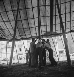 Auf der Sechseläutenwiese beim Bellevue in Zürich wird am 17. August 1941 das Zelt aufgebaut. (Bild: Keystone /Str)