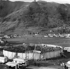 Der Zirkus Knie spielt im November 1962 in Brunnen wegen eines Föhnsturms ohne Zelt. (Bild: Keystone /Str)